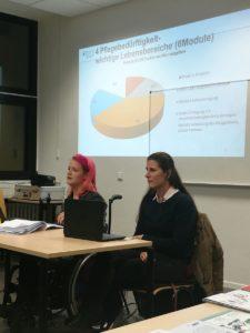 Zwei Beraterinnen erklären etwas vor einem Projektorbild